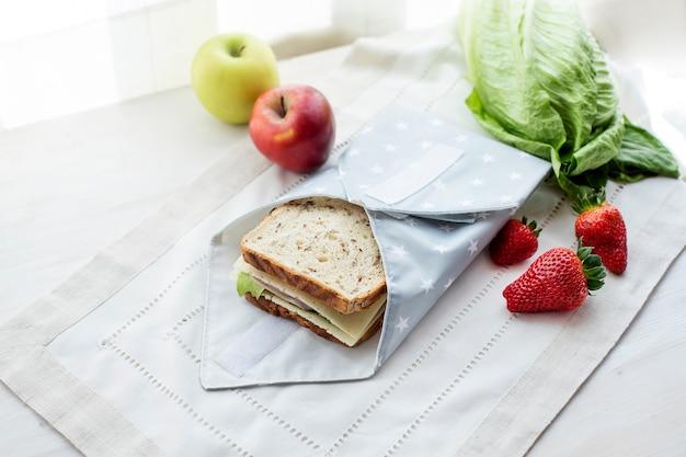 Sanduíche integral embalado em saco reutilizável conceito ecológico zero desperdício