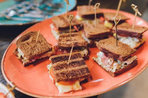 Sanduíche mini club com presunto de frango, salada de ovo e sanduíches de brioche para refeições, seminário, coffee break, café da manhã, almoço, jantar, buffet e grupo de reuniões.