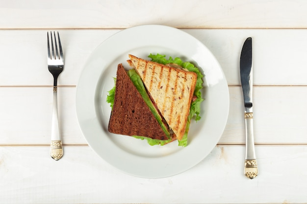 Sanduíche na mesa de madeira