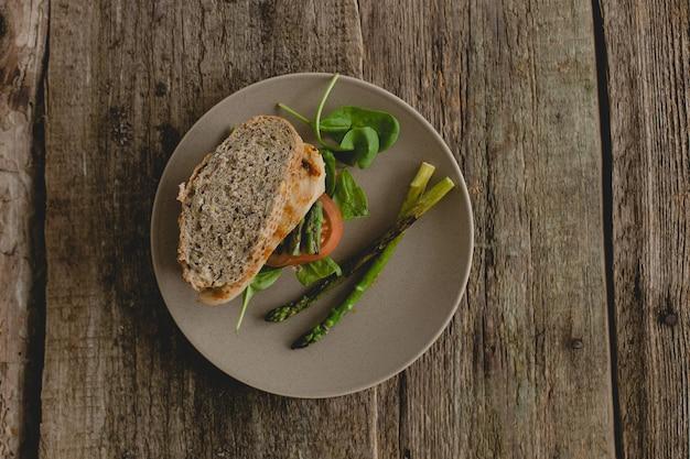 Sanduíche na mesa