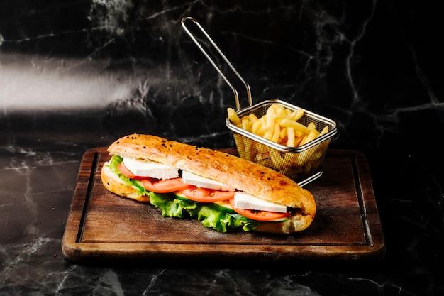 Sanduíche no pão tandir com queijo branco, tomate e alface dentro.