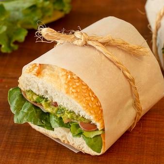 Sanduíche orgânico embrulhado