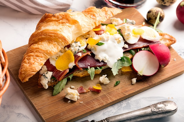 Sanduíche preparado com croissant com jamon
