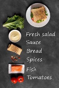 Sanduíche preparado com peixe na placa de madeira
