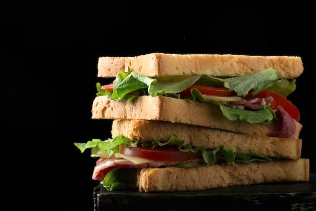 Sanduíche preparado com torradas