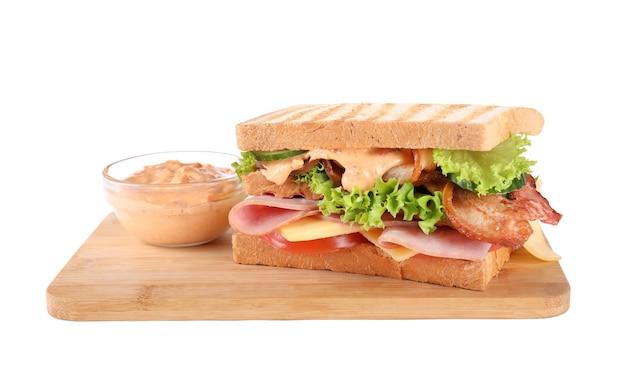Sanduíche saboroso com presunto e bacon isolado no branco