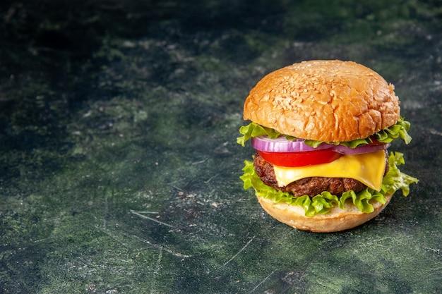 Sanduíche saboroso no lado esquerdo em superfície de gelo cinza com espaço livre em vista vertical