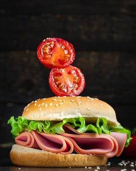 Sanduíche, salsicha, hambúrguer, folha de alface, legumes, salame, presunto