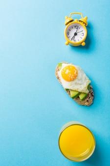 Sanduíche saudável com abacate fresco e ovos de codorna fritos