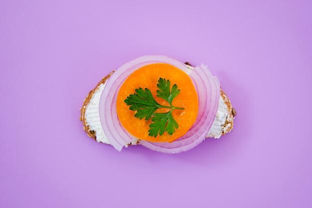 Sanduíche saudável com cebola roxa e salsa