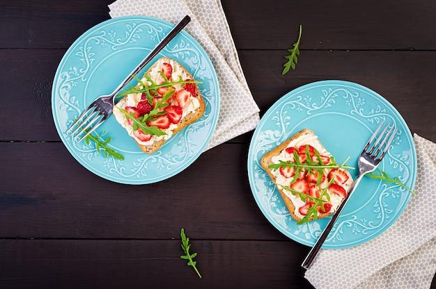 Sanduíche saudável com morango e creme de queijo