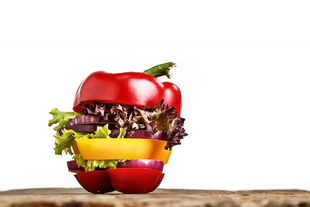 Sanduíche saudável com pimenta fresca, cebola, alface salada. dieta de desintoxicação.