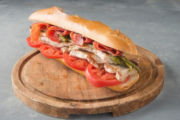 Sanduíche serranito típico da andaluzia com presunto