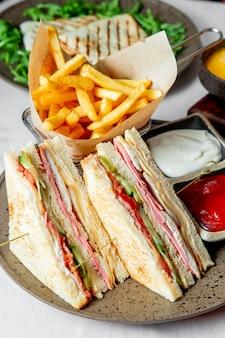 Sanduíche servido com ketchup e maionese de batatas fritas