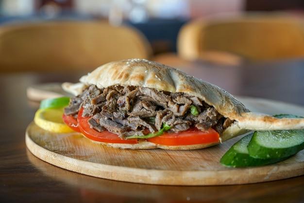 Sanduíche shawrma, pão iraquiano, samoon, cozinha egípcia, comida do oriente médio, mezza árabe, culinária árabe, comida árabe