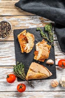 Sanduíche submarina de baguete vegetariana com berinjela grelhada