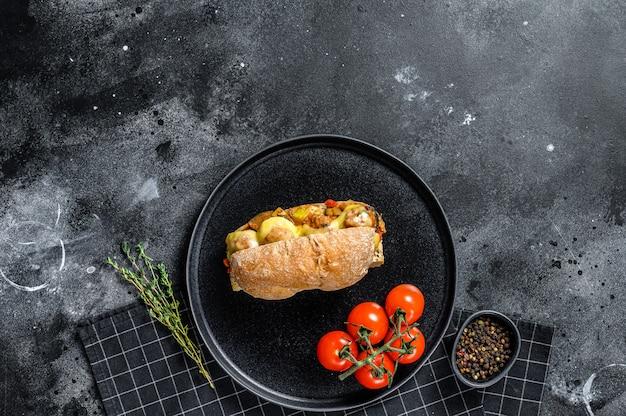 Sanduíche submarino com almôndegas, queijo ricota. vista do topo.