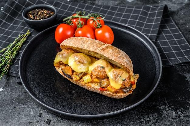 Sanduíche submarino com almôndegas, queijo ricota.