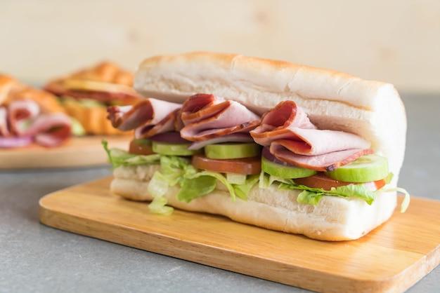 Sanduíche submarino de presunto e salada
