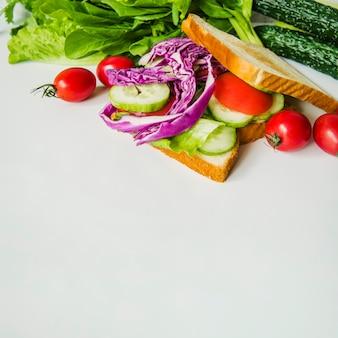 Sanduíche vegetariano saudável com repolho roxo e pepino