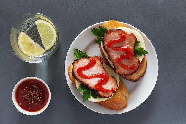 Sanduíches abertos com presunto e ketchup