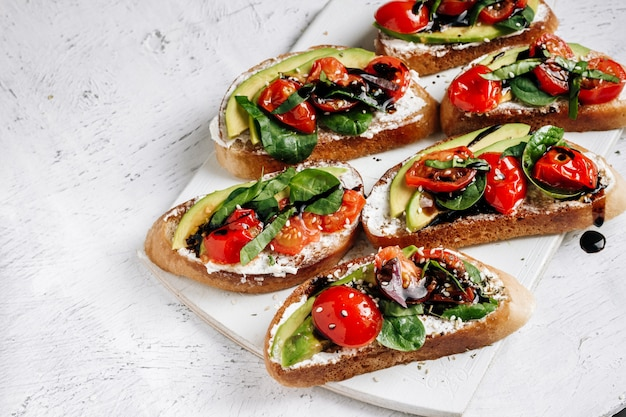 Sanduíches caseiros com cream cheese e legumes