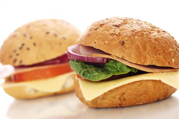 Sanduíches caseiros isolados no branco