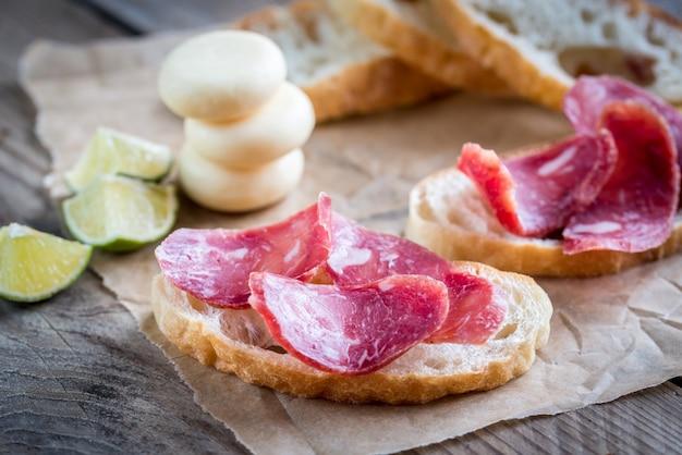 Sanduíches ciabatta com fuet e mini queijo