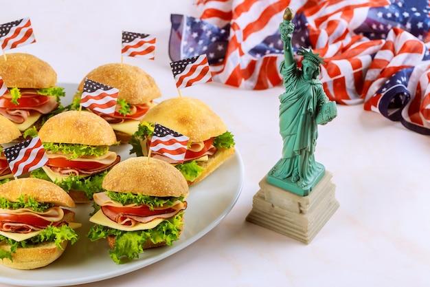 Sanduíches com a bandeira americana e a estátua da liberdade. conceito de férias americanas.