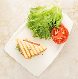 Sanduíches com alface, presunto, queijo, peito de frango