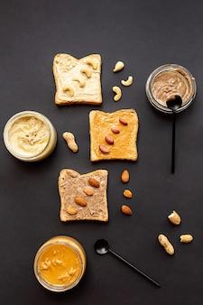 Sanduíches com amendoim caju e potes de manteiga de amêndoa com manteiga de nozes