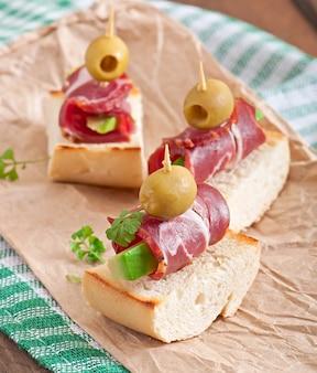 Sanduíches com arenque, beterraba e pepino em conserva
