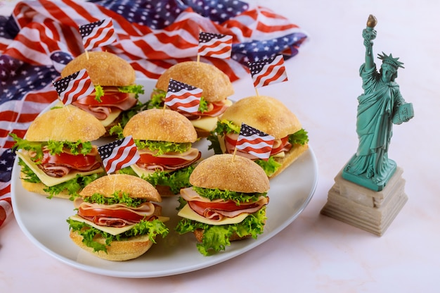 Sanduíches com bandeira americana e a estátua da liberdade.