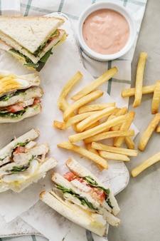 Sanduíches com batata frita