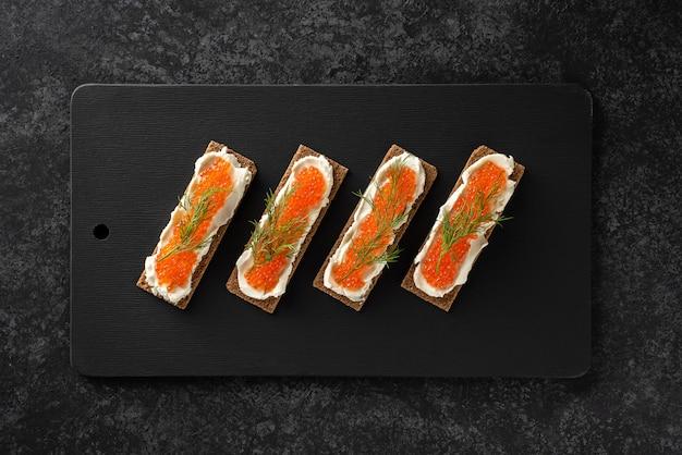 Sanduíches com caviar de truta, requeijão, endro, plana leigos, ceto dieta.