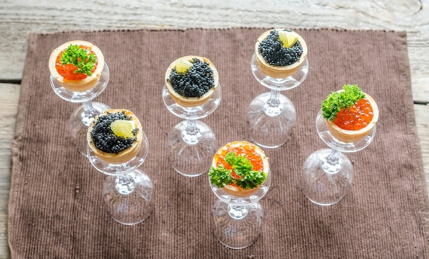 Sanduíches com caviar preto e vermelho