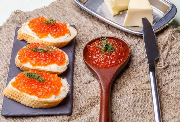 Sanduíches com caviar vermelho, colher