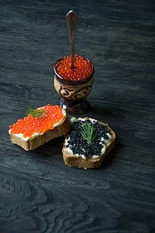 Sanduíches com caviar vermelho e preto.