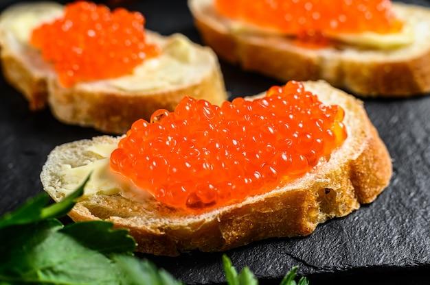 Sanduíches com caviar vermelho salmão