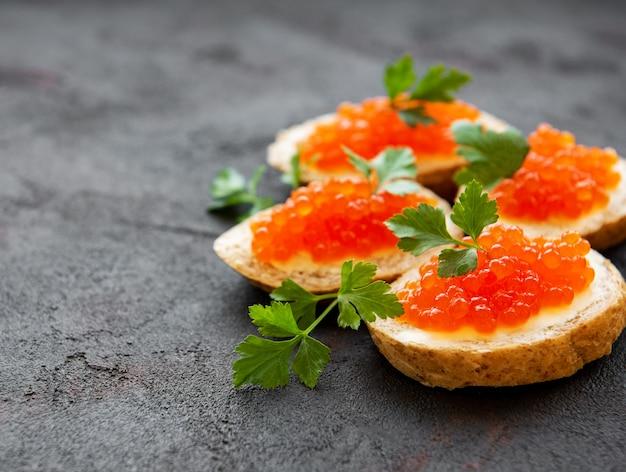 Sanduíches com caviar vermelho