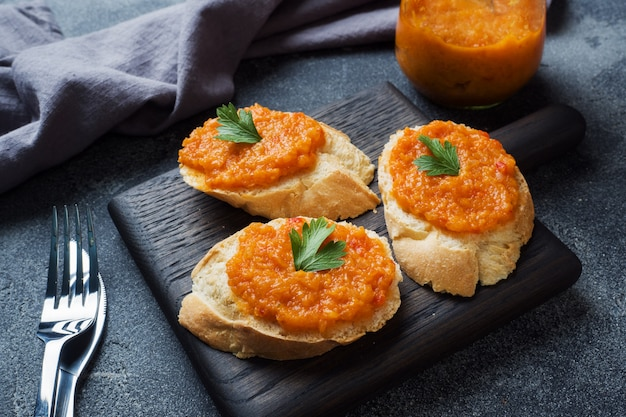 Sanduíches com cebolas de tomate pão caviar abobrinha. comida vegetariana caseira. copyspace.