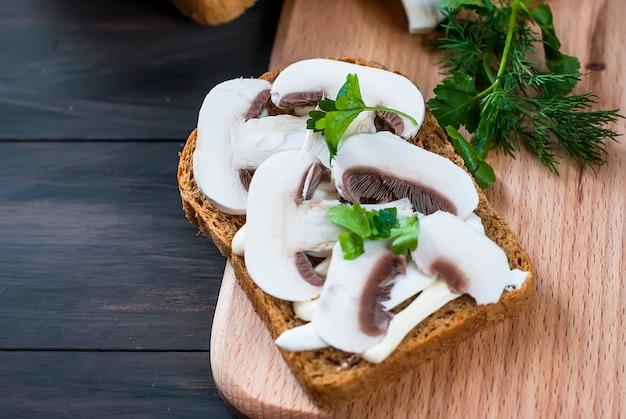 Sanduíches com cogumelos e verduras