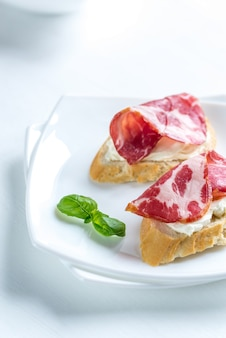 Sanduíches com cream cheese e presunto