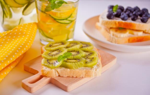 Sanduíches com creme de queijo e frutas.
