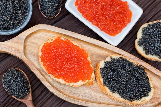 Sanduíches com esturjão preto e caviar de salmão vermelho