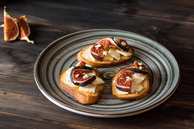 Sanduíches com figos e mel. bruschetta com figos. aperitivo. cozinha mediterrânica. cr
