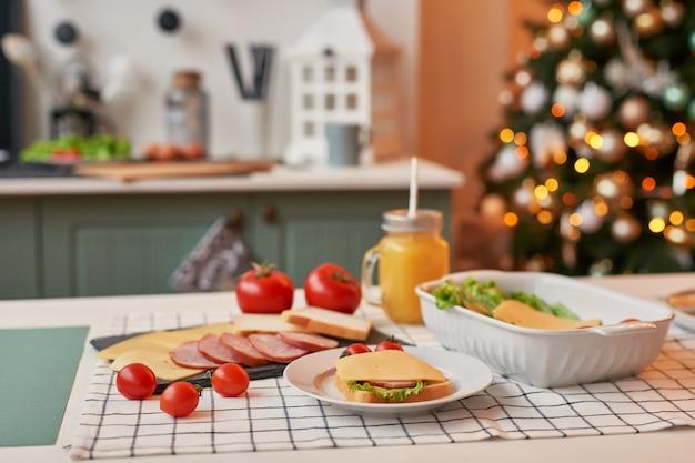 Sanduíches com legumes, queijo e salsicha na mesa de