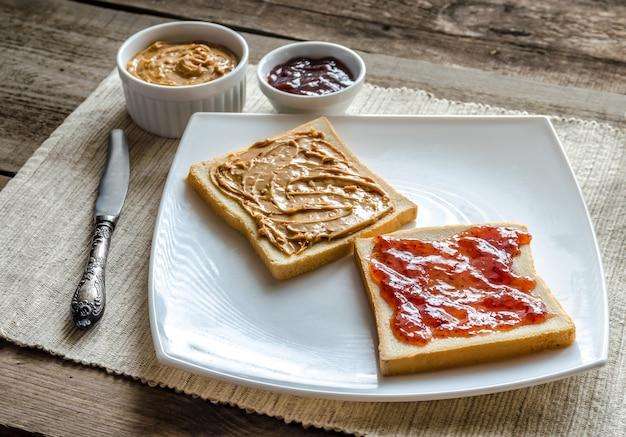 Sanduíches com manteiga de amendoim e geléia de morango