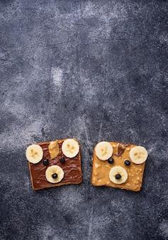 Sanduíches com manteiga de amendoim em forma de urso