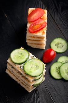 Sanduíches com manteiga e legumes